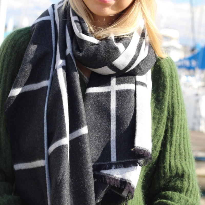 Scarf with caro pattern