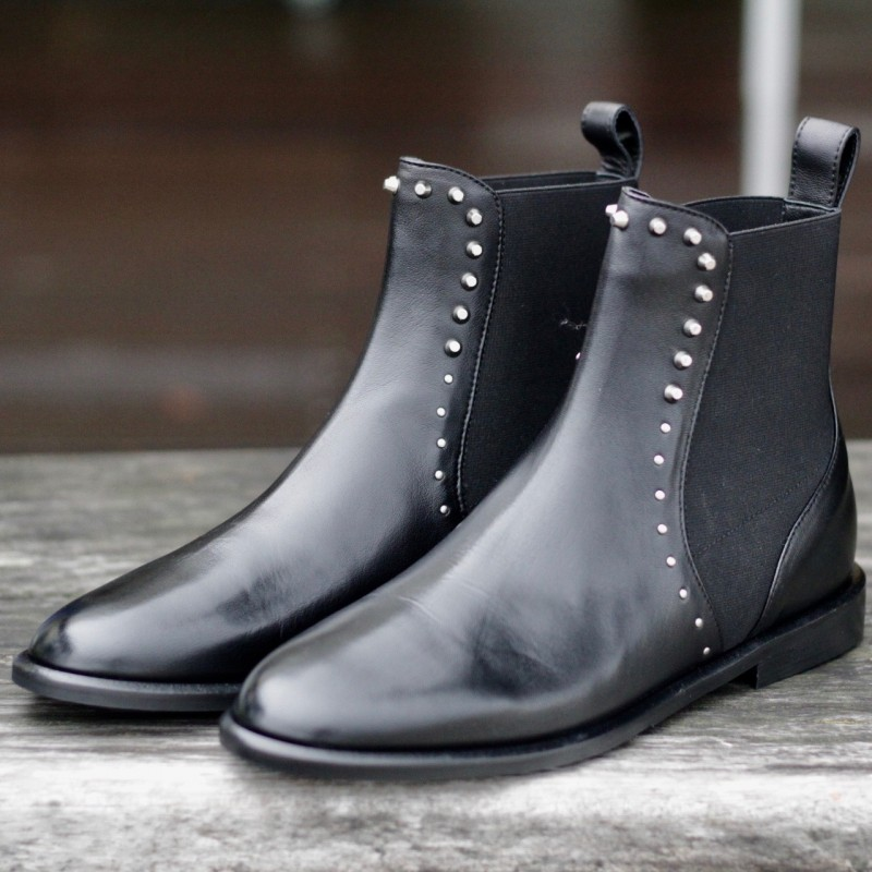 Flat boots with rivets